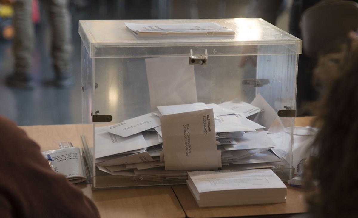 Urna en un col·legi electoral de Vic