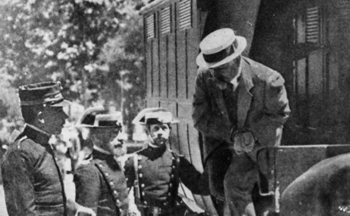 Ferrer i Guàrdia surt detingut del cotxe cel·lular per assistir al judici per l'atemptat contra Alfons XIII