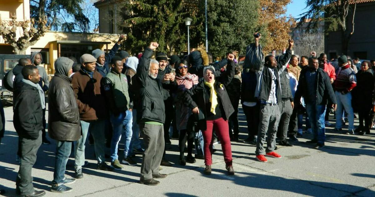 Treballadors a la sortida de la falsa cooperativa Clavial, el 16 de desembre passat a Vic