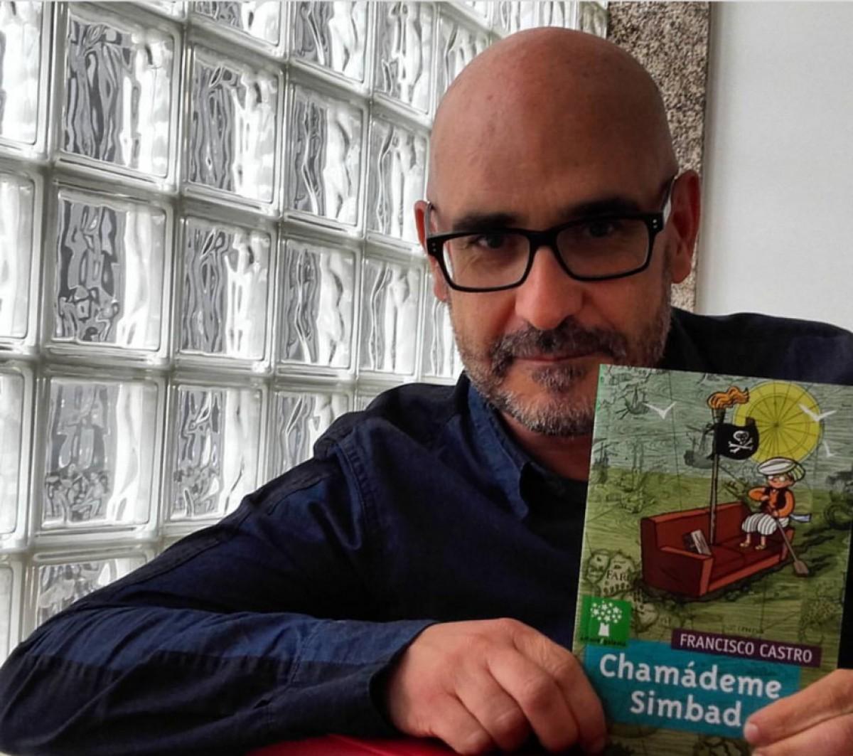 Francisco Castro, amb l'edició en gallec de la novel·la, que ara també s'ha traduït al català