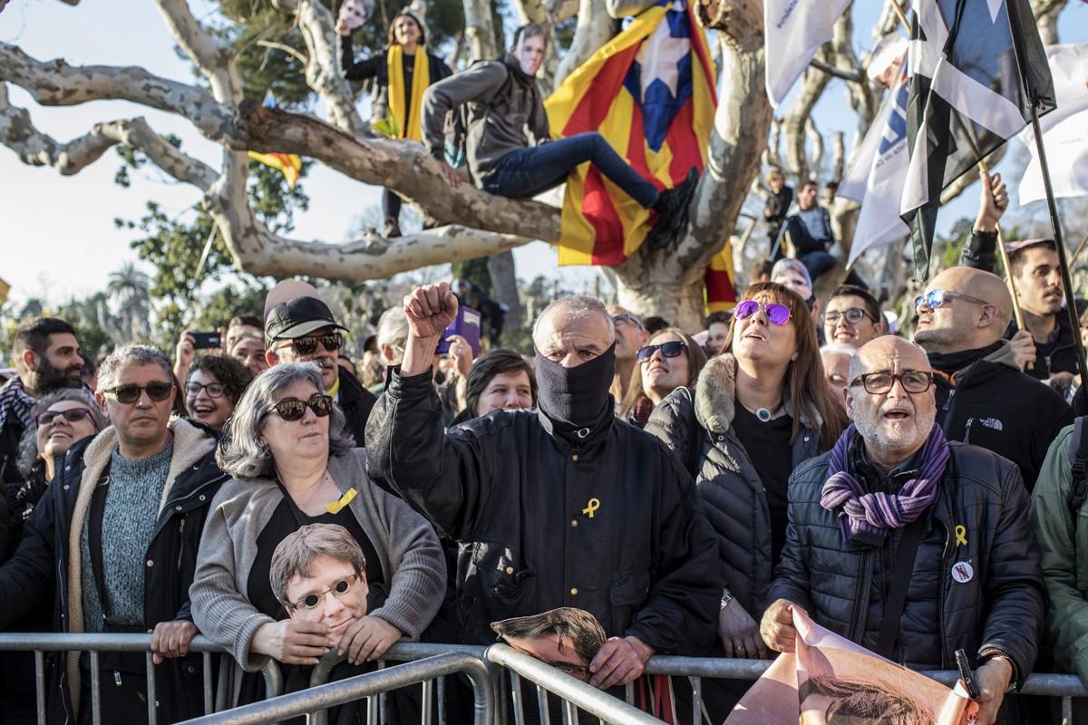 Persones concentrades davant del Parlament el 30 de gener a l'hora que s'hi havia de fer el debat d'investidura