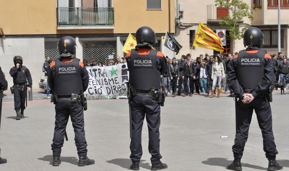 Els Mossos custodiant l'entrada al parc de la Bassa dels Hermanos davant la presència d'antifeixistes protestant contra PxC