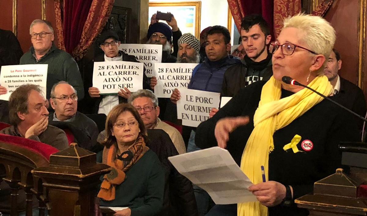 Montse Castañé i altres membres de Càrnies en Lluita i treballadors del sector durant la defensa de la moció pel respecte als drets laborals a les càrnies