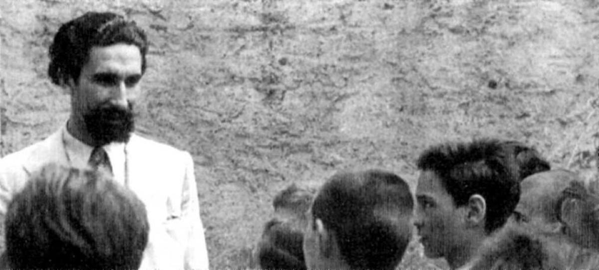 Joan Puig Elies, amb uns infants, en una foto de l'època