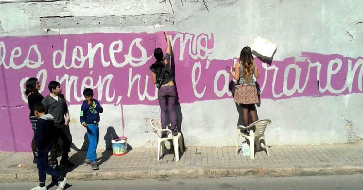 Mural a València cridant a la vaga feminista