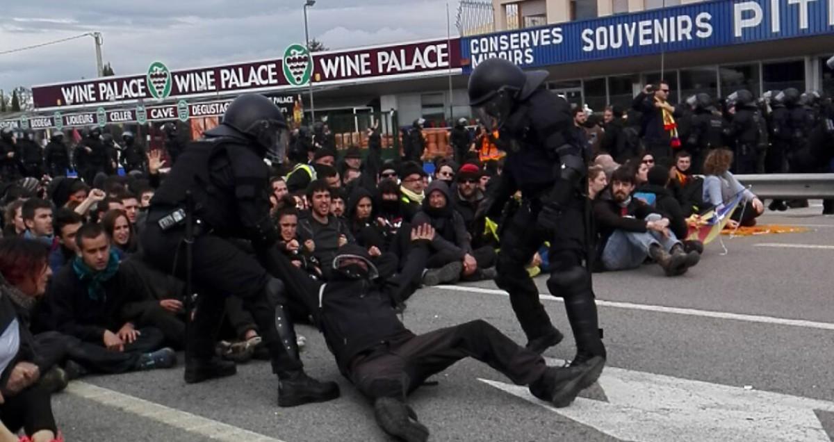 Mossos retirant manifestants aquest dimarts en un dels talls de carretera a les comarques gironines