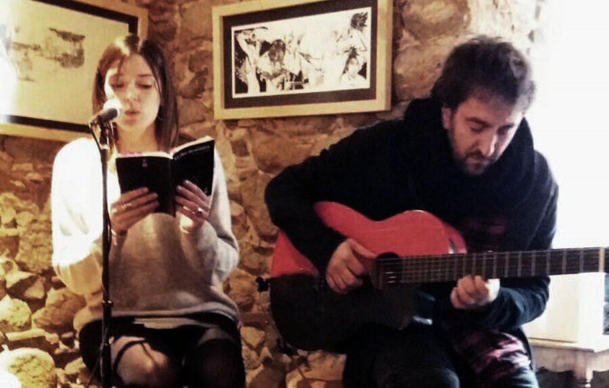 Elisabet Punset recitant poemes de 'La clau dicotòmica' a la presentació del llibre a Girona, el desembre passat