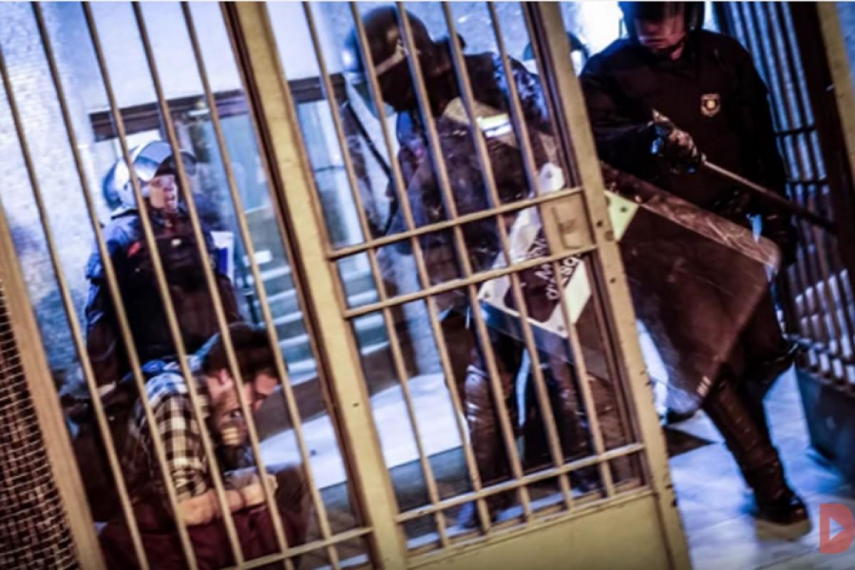 Imatge del moment en què els agents van entrar al portal del barri de Sants