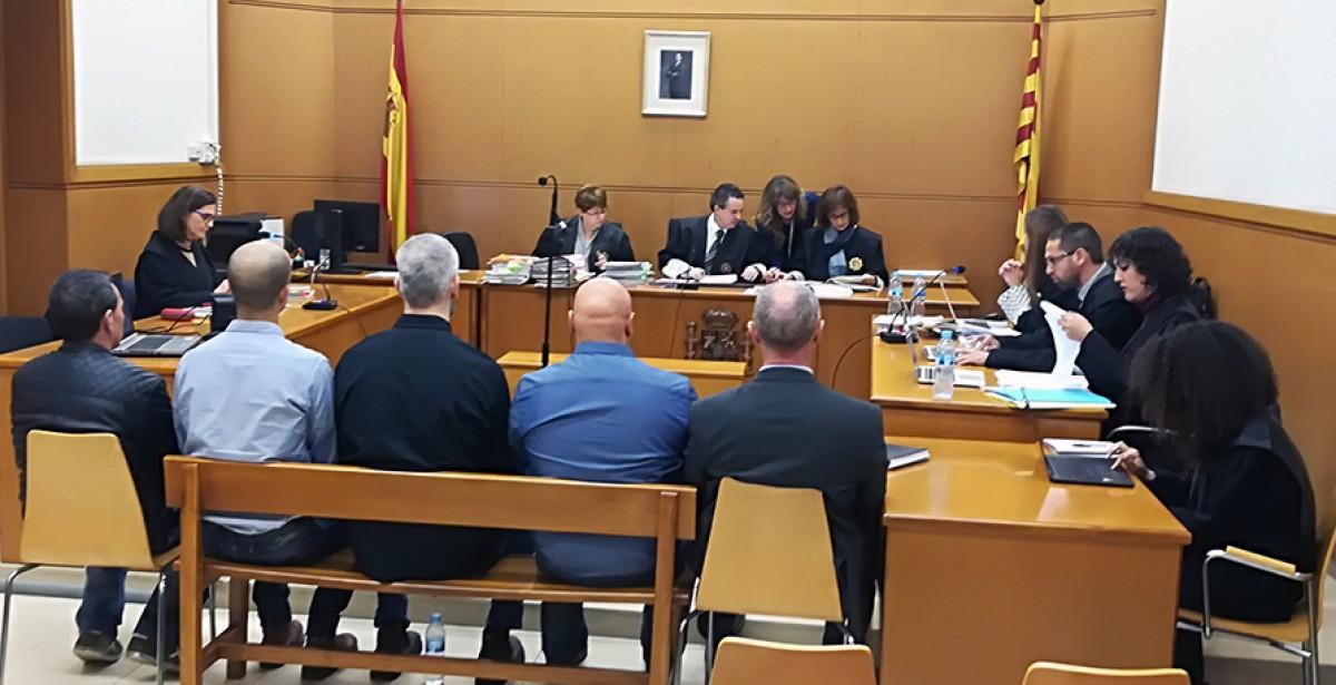 Els cinc mossos asseguts a la banqueta dels acusats, aquest matí a l'Audiència de Barcelona