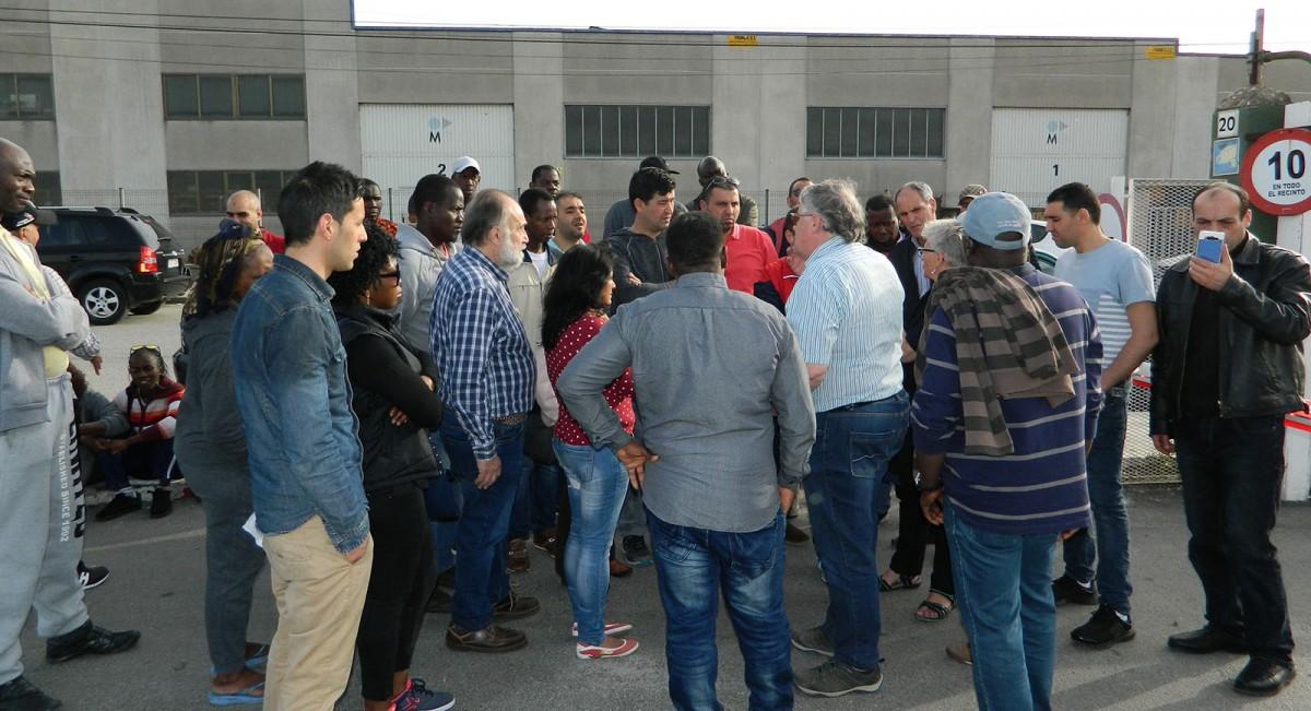 Reunió improvisada de treballadors a l'aparcament de Le Porc Gourmet, diumenge al matí, després que no se'ls deixés entrar si no firmaven un canvi de cooperativa