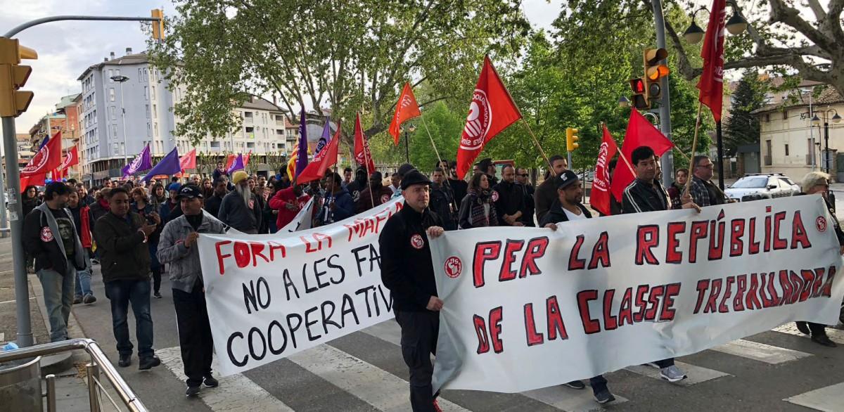 Manifestació de la COS, l'Esquerra Independentista i Càrnies en Lluita, aquest dilluns a Vic amb motiu del 1r de Maig