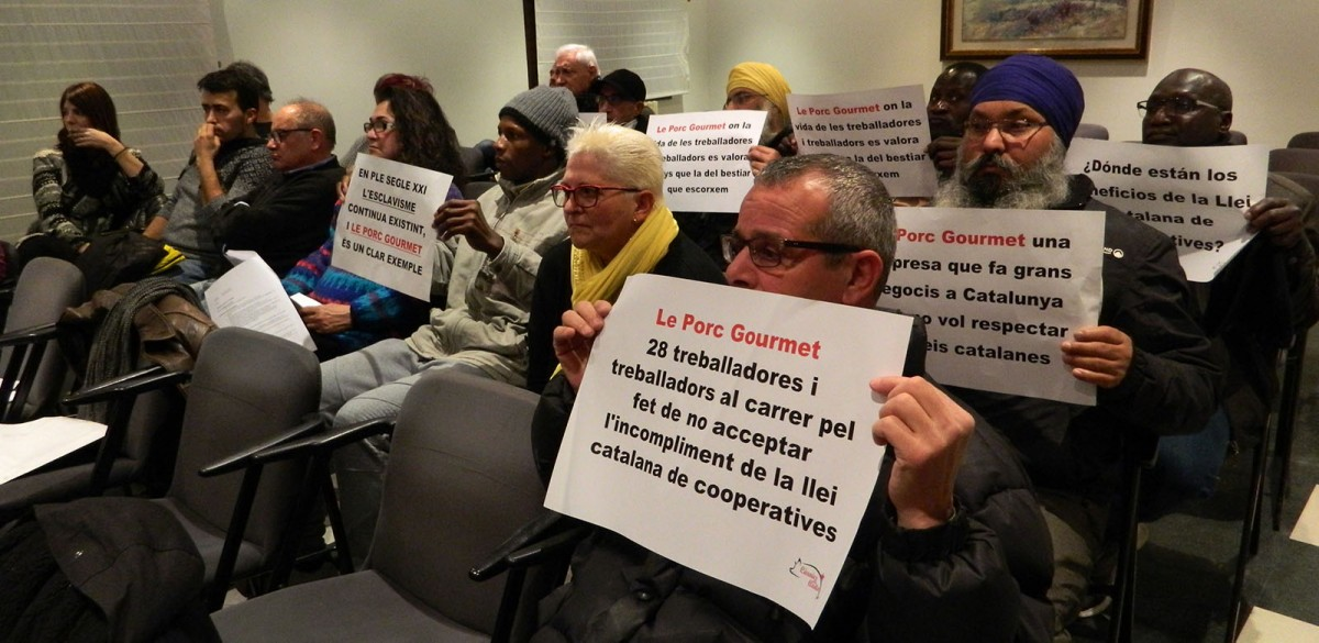 Treballadors de Le Porc Gourmet i membres de Càrnies en Lluita al ple de Manlleu on es va aprovar una moció de suport