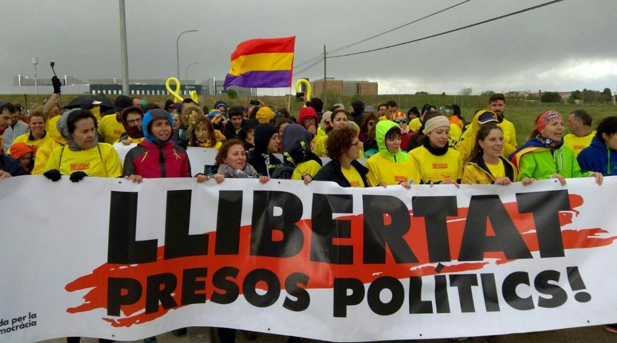 Alguns dels participants en la marxa de Kms per la Llibertat a l'arribada a la presó d'Alcalá Meco