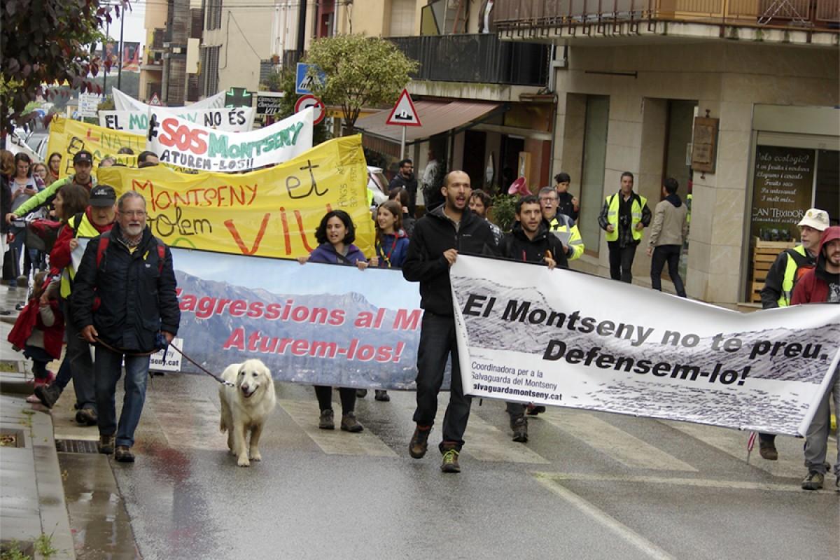 Els  manifestants van donar a conèixer els projectes especulatius del Montseny als veïns de Sant Esteve de Palautordera que es trobaven amb la manifestació