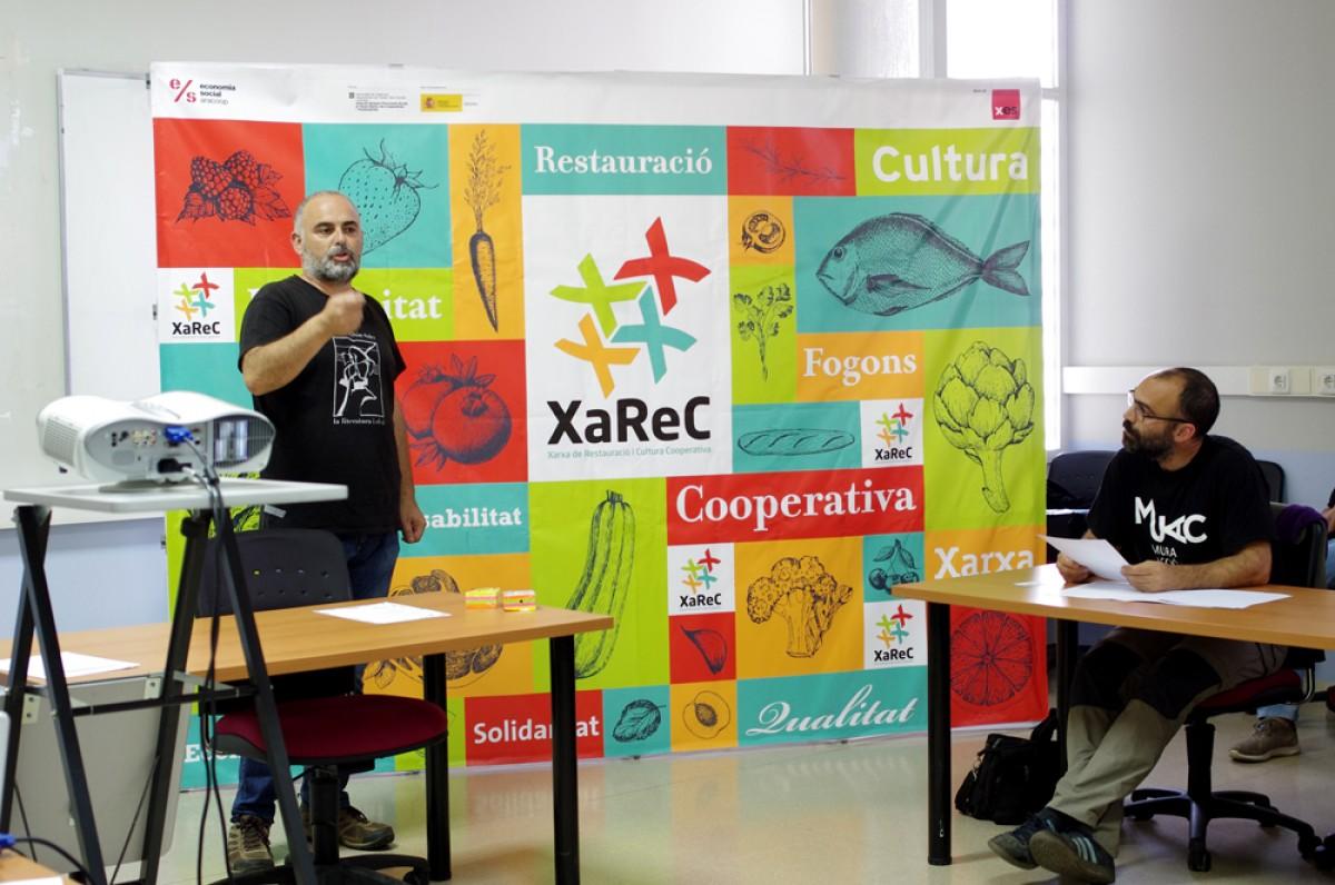 Ignasi Niubó, de la cooperativa La Sargantana, explicant el nou projecte de la XAREC a la trobada de dimarts a Manresa
