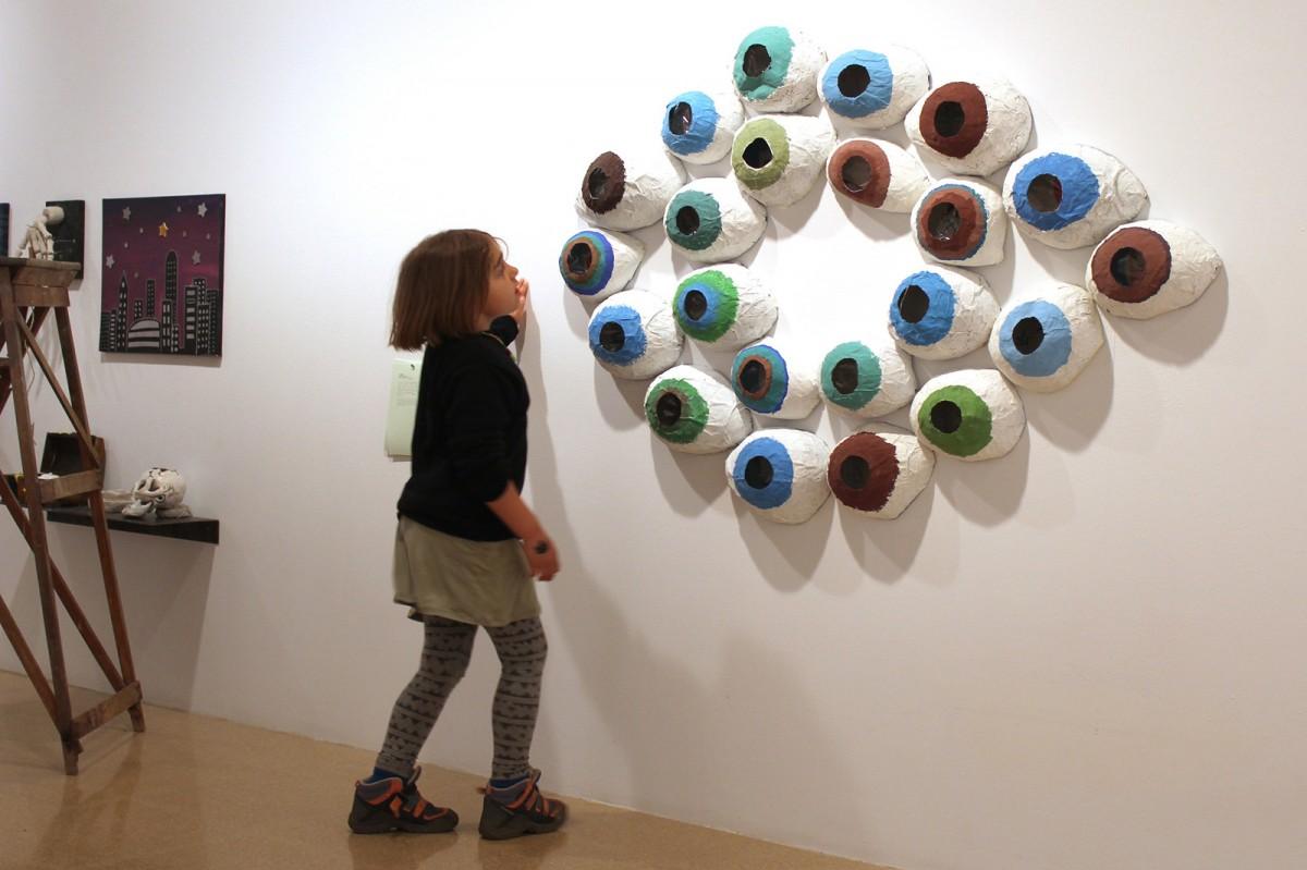 Una nena es mira el projecte de l'Escola El Petit Miquel, depenent del centre Sant Miquel dels Sants