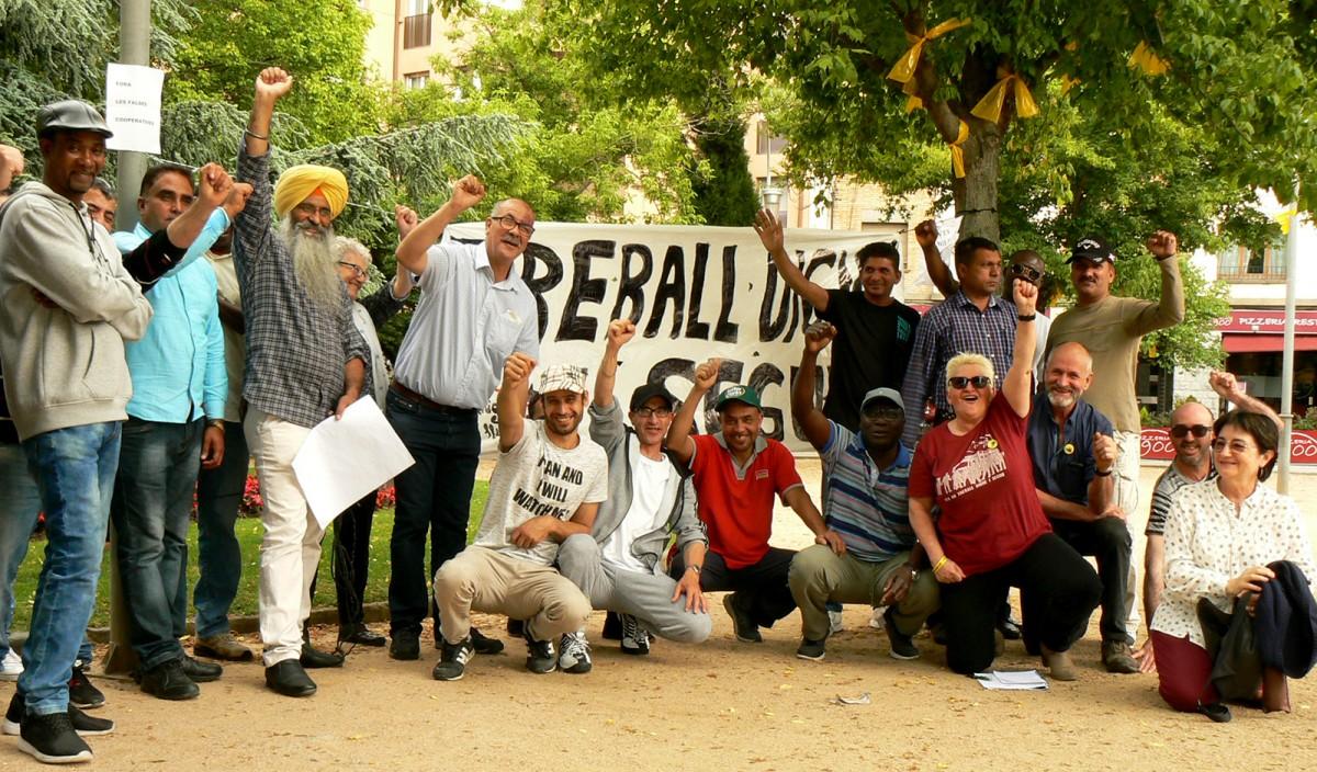 Treballadors de Le Porc Gourmet i activistes de Càrnies en Lluita dissabte a la concentració que van fer a Vic