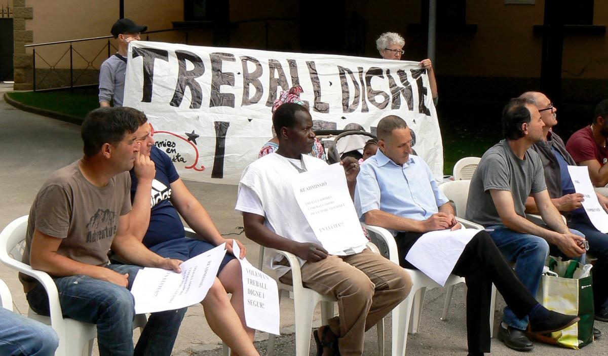 Treballadors i activistes de Càrnies en Lluita a l'assemblea de treballadors de Le Porc Gourmet de dissabte a Vic