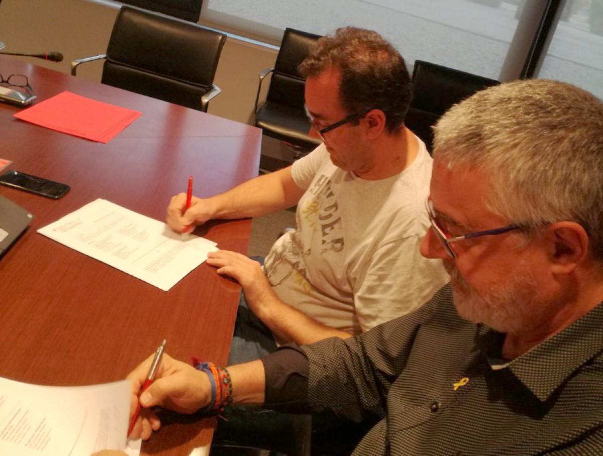 Representants de CCOO i el Grup Jorge firmant l'acord, aquesta setmana