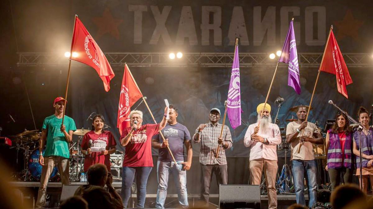 Treballadors de Le Porc Gourmet i Càrnies en Lluita al concert que diversos grups van fer el 16 de juny passat a Santa Eugènia de Berga