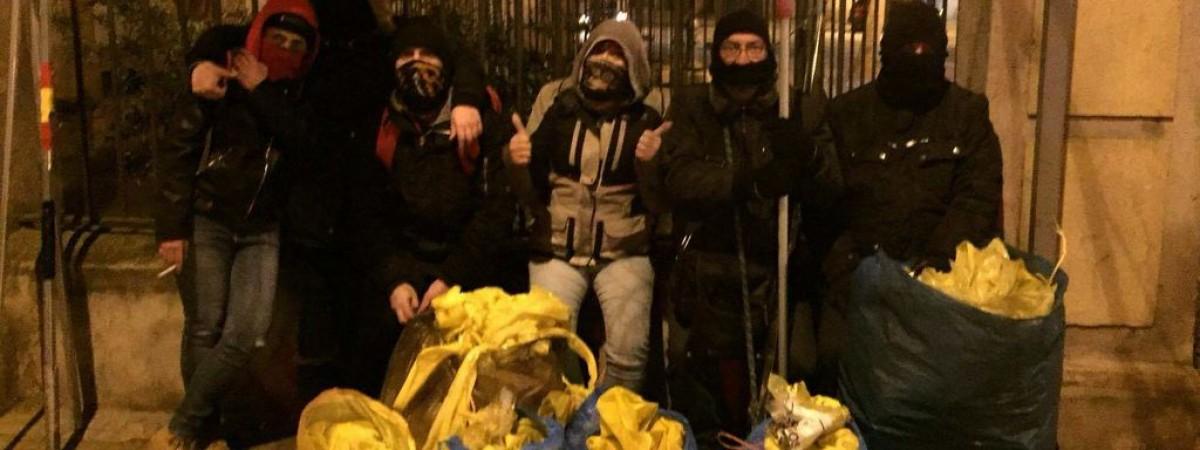 Un grup d'encaputxats unionistes mostra amb orgull a les xarxes els llaços grocs que han arrencat durant una nit