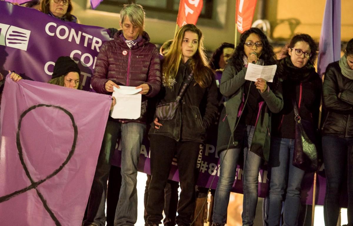 Ainhoa Campdepadrós, al centre de la imatge amb bossa fosca, a la cloenda de la manifestació de l'últim 8-M a Vic