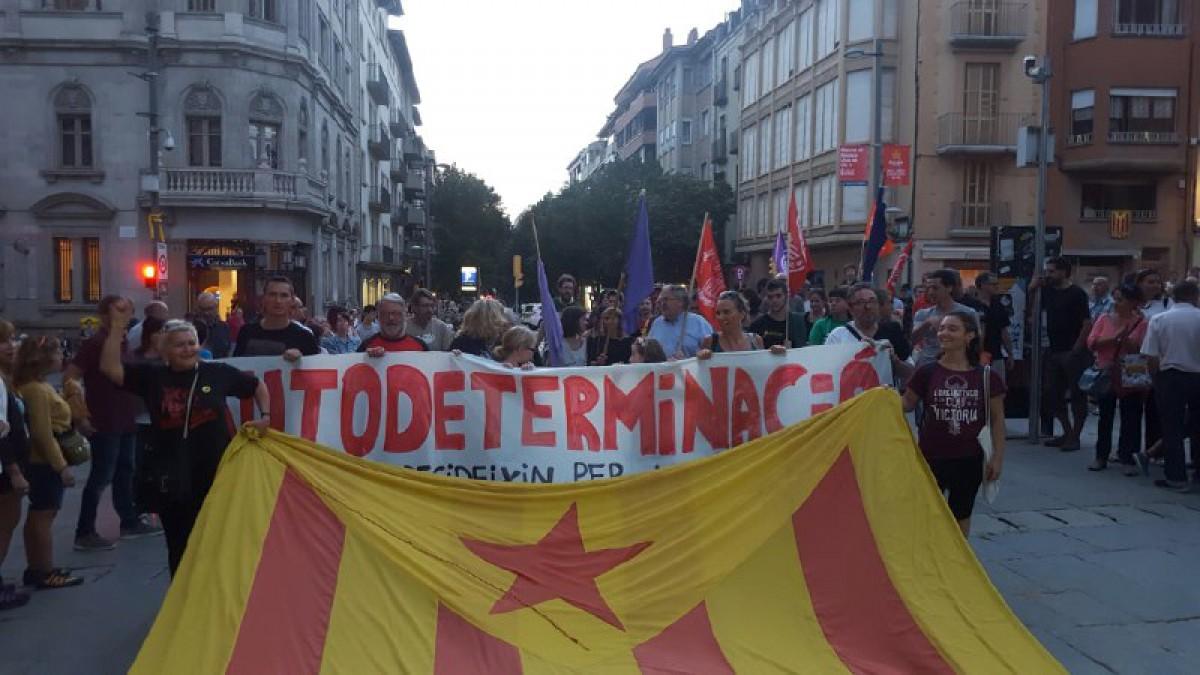 La capçalera de la manifestació entrant a la plaça Major