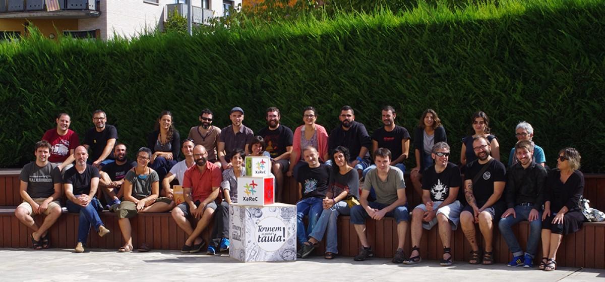 Foto de grup de les persones assistents a l'assemblea constitutiva de la XAREC avui a Vic