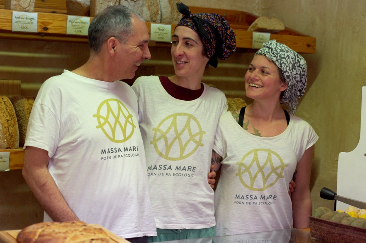 Miguel Ángel Serrano, Pilar Rodríguez i Katerina Peressini al forn Massa mare del carrer Sant Pau de Vic