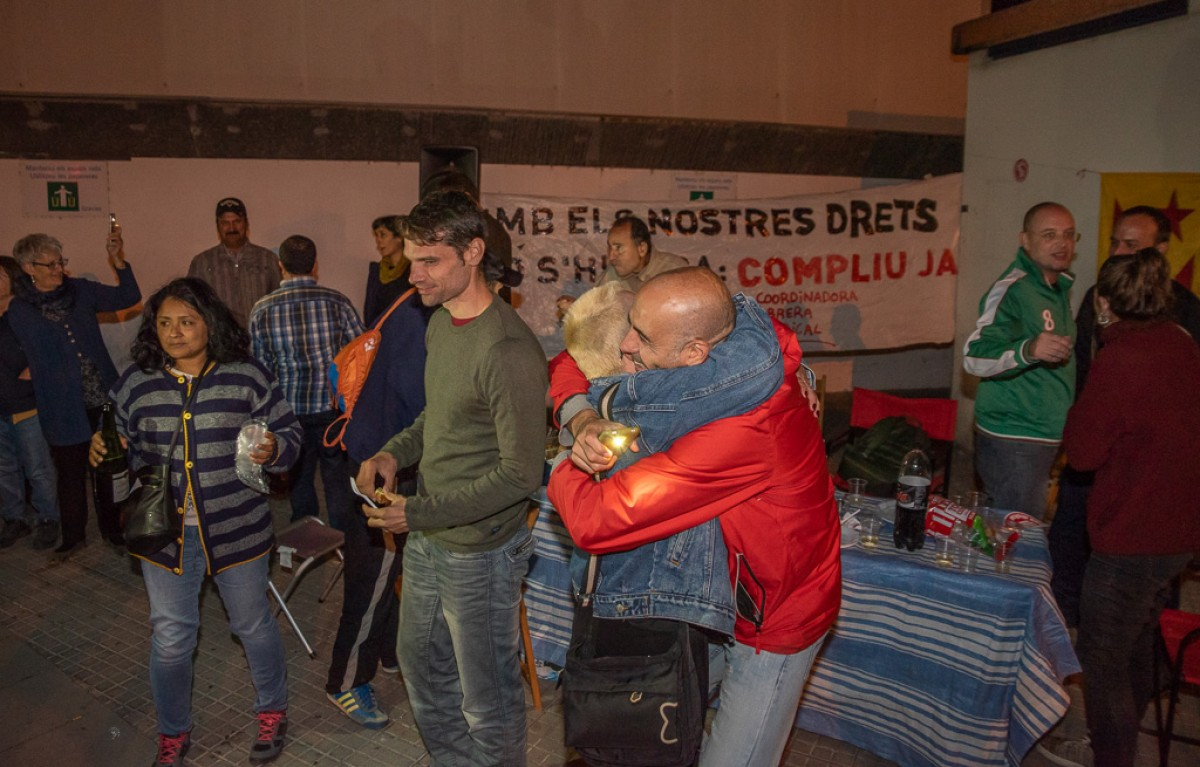 Montse Castañé abraçant-se amb les persones que havien anat a celebrar la victòria de la COS a l'entrada de l'escorxadorq