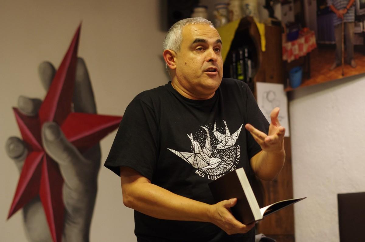 Jordi Martí Font durant la presentació del 'Llibre Negre' a La Nyàmera