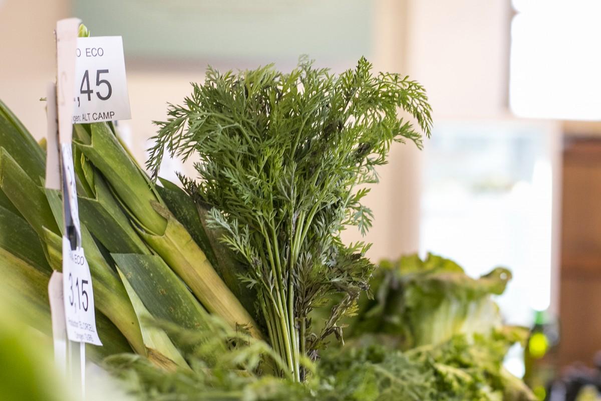 Verdures de temporada en un comerç agroecològic de Vic