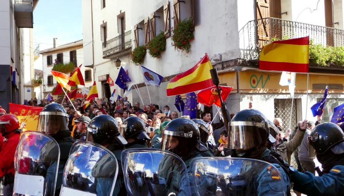 Moment en què els assistents a l'acte d'España Ciudadana abandonen la plaça escortats per la Guàrdia Civil i la Policia Foral | El Salto