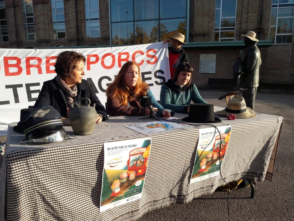 Eva Boixadé, Ginesta Mary i Aina Roca, de Lluçanès Vic, GDT i Justícia Alimentària Global, a la presentació de PorcAventura II