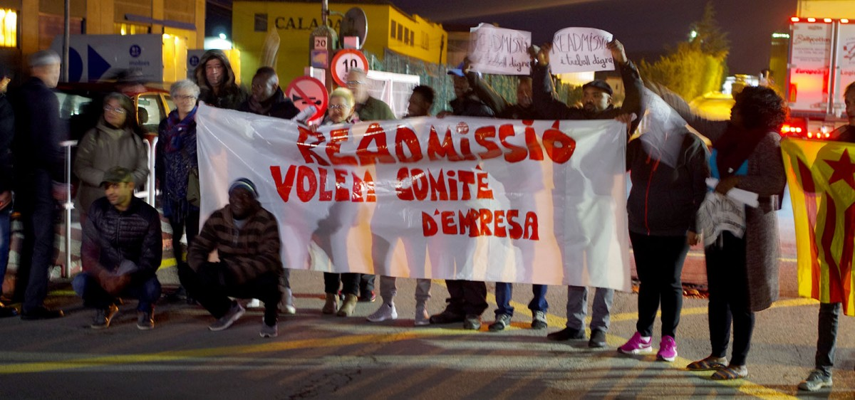 Treballadors i activistes de Càrnies en Luita protestant pels acomiadaments aquest dimecres davant de Le Porc Gourmet