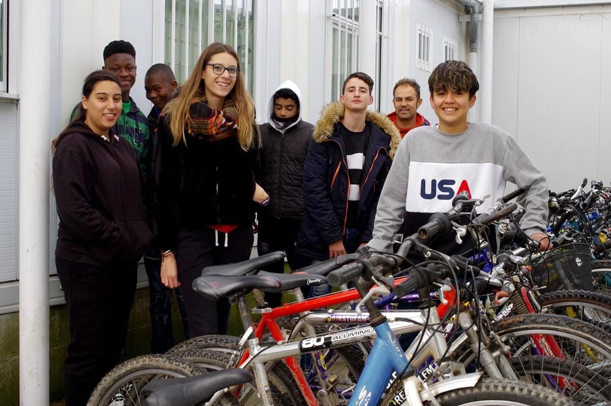 Alumnes de l'aula taller de l'Institut del Ter i Sendo Costa durant l'assignatura de reparació i manteniment de bicicletes