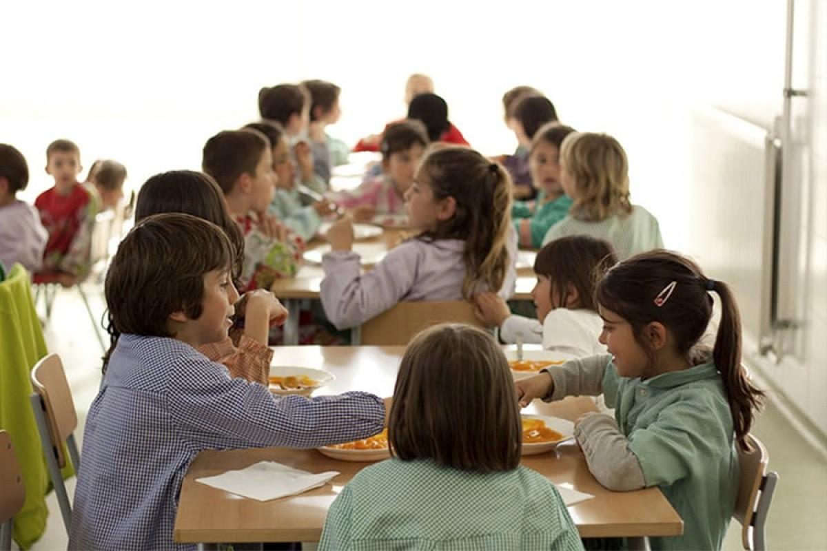 Alumnes al menjador escolar d'un centre educatiu