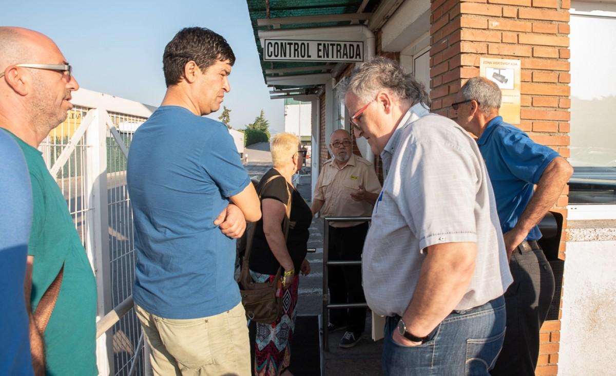 Treballadors i activistes de Càrnies en Lluita demanant explicacions a les portes de Le Porc Gourmet davant l'incompliment dels acords pactats l'estiu passat