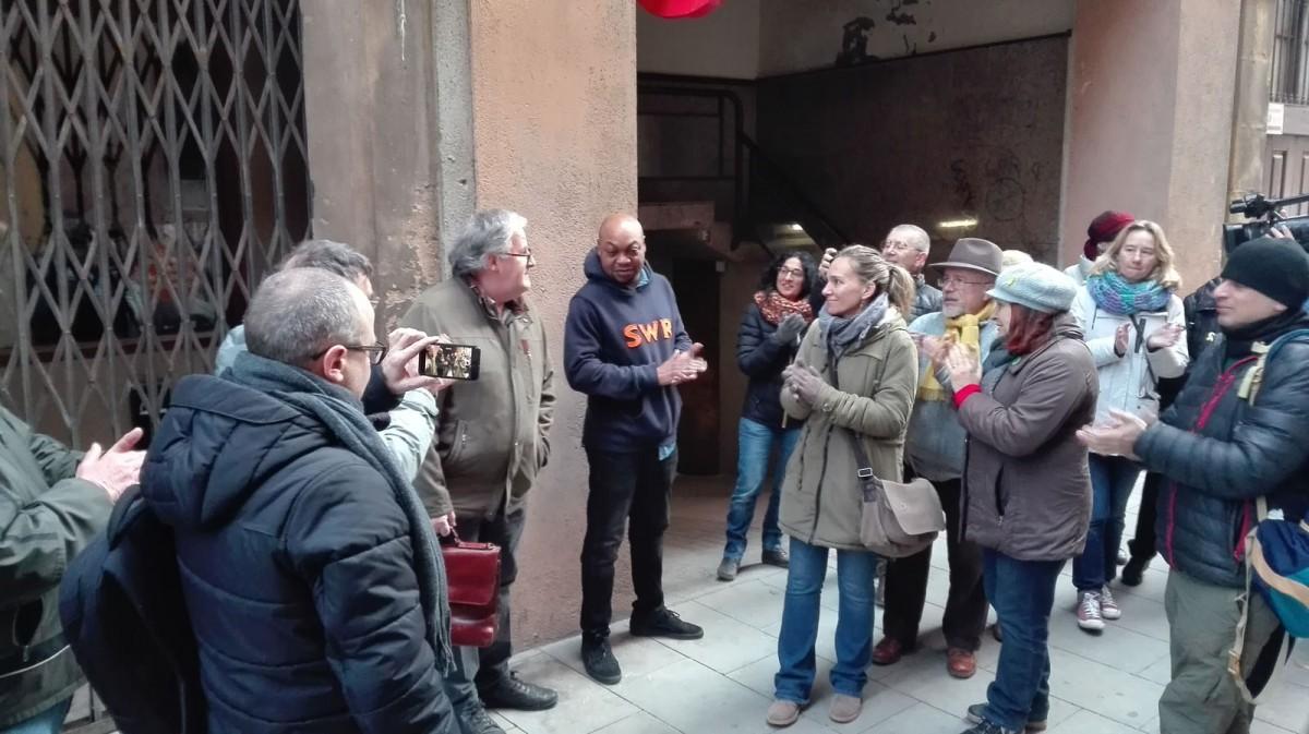 Una trentena de persones s'han concentrat davant l'habitatge en solidaritat amb la família afectada