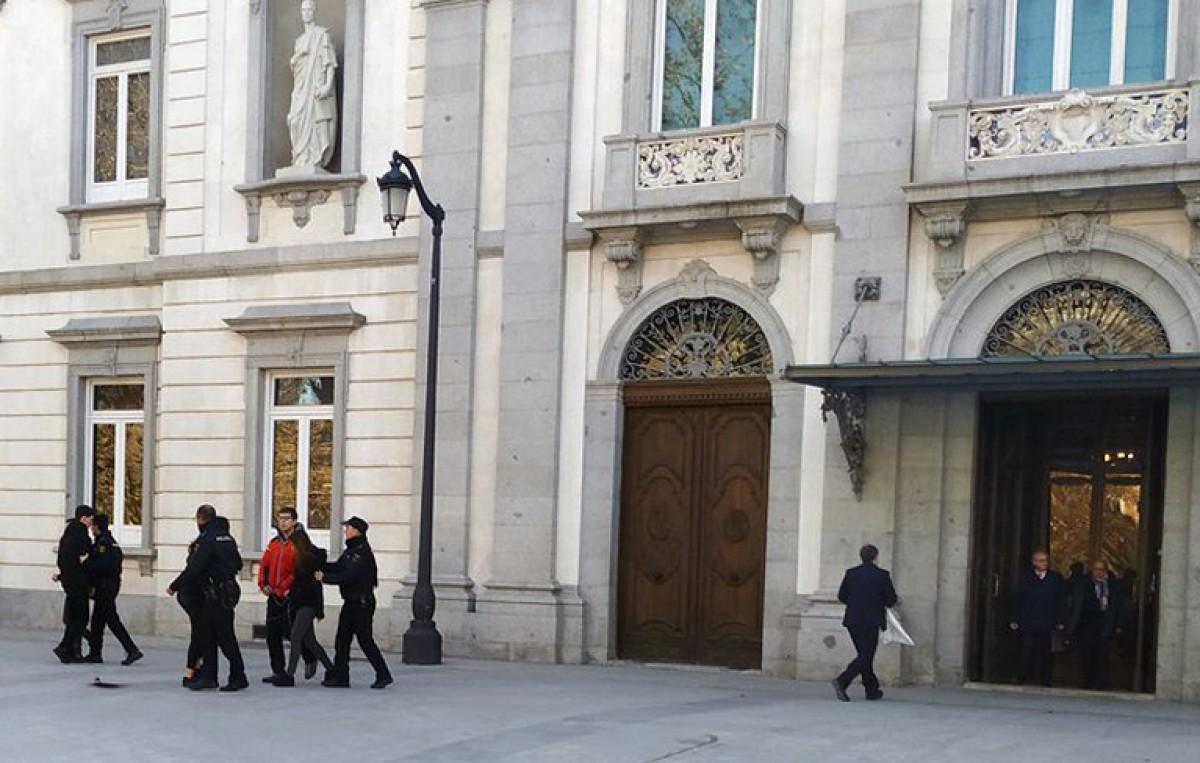 Un moment de la detenció dels activistes d'Arran després de l'intent de fer l'acció que tenien planejada davant del Tribunal Suprem