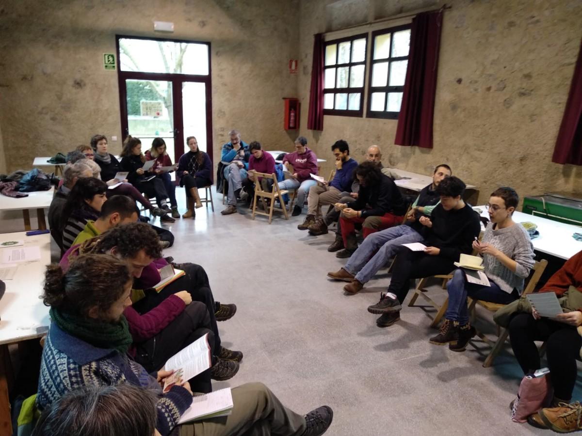Un moment de l'assemblea d'aquest diumenge a l'Escorxador de Sant Joan de les Abadesses