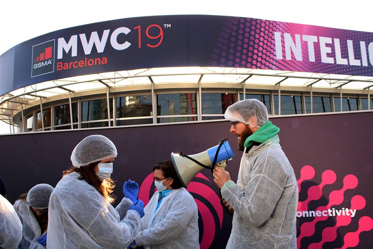 Acció de denúncia de l'explotació laboral a la indústria electrònica a les portes del Mobile World Congress