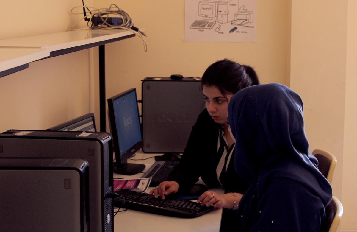 Dues de les alumnes a la primera sessió del curs, aquest dilluns al Casal Claret