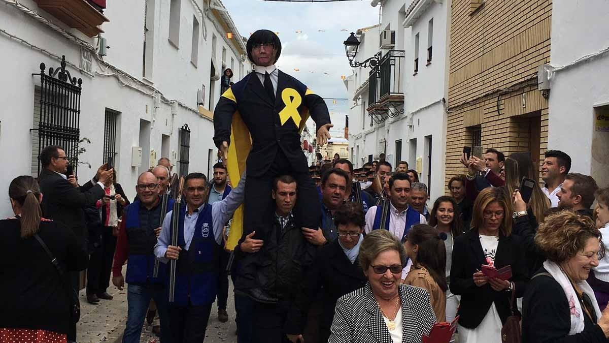 Veïns de Coripe porten el ninot de Puigdemont en cercavila abans d'afusellar-lo i cremar-lo