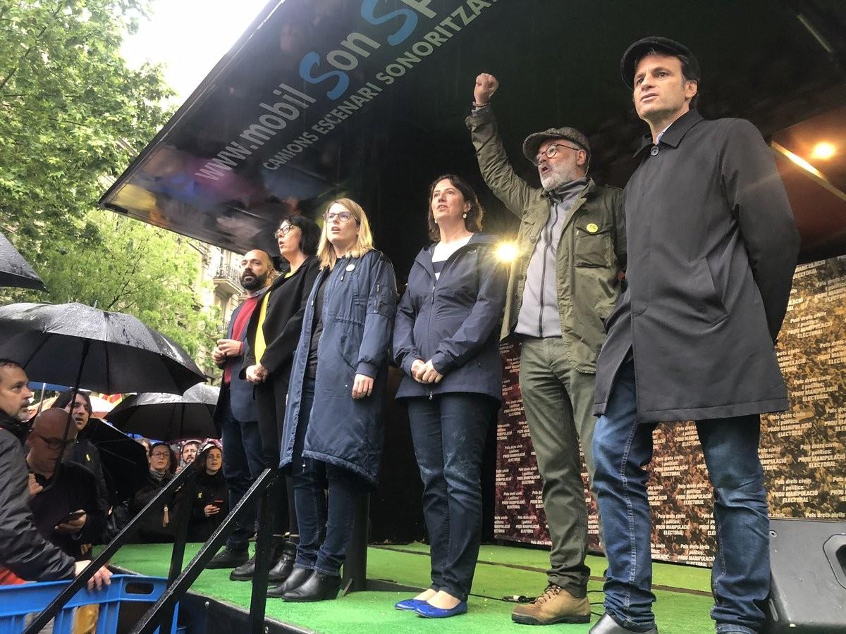 Representants de partits i d'entitats sobiranistes cantant els Segadors al final de l'acte de divendres a Barcelona contra la prohibició de presentar-se a les eleccions europees del president Carles Puigdemont