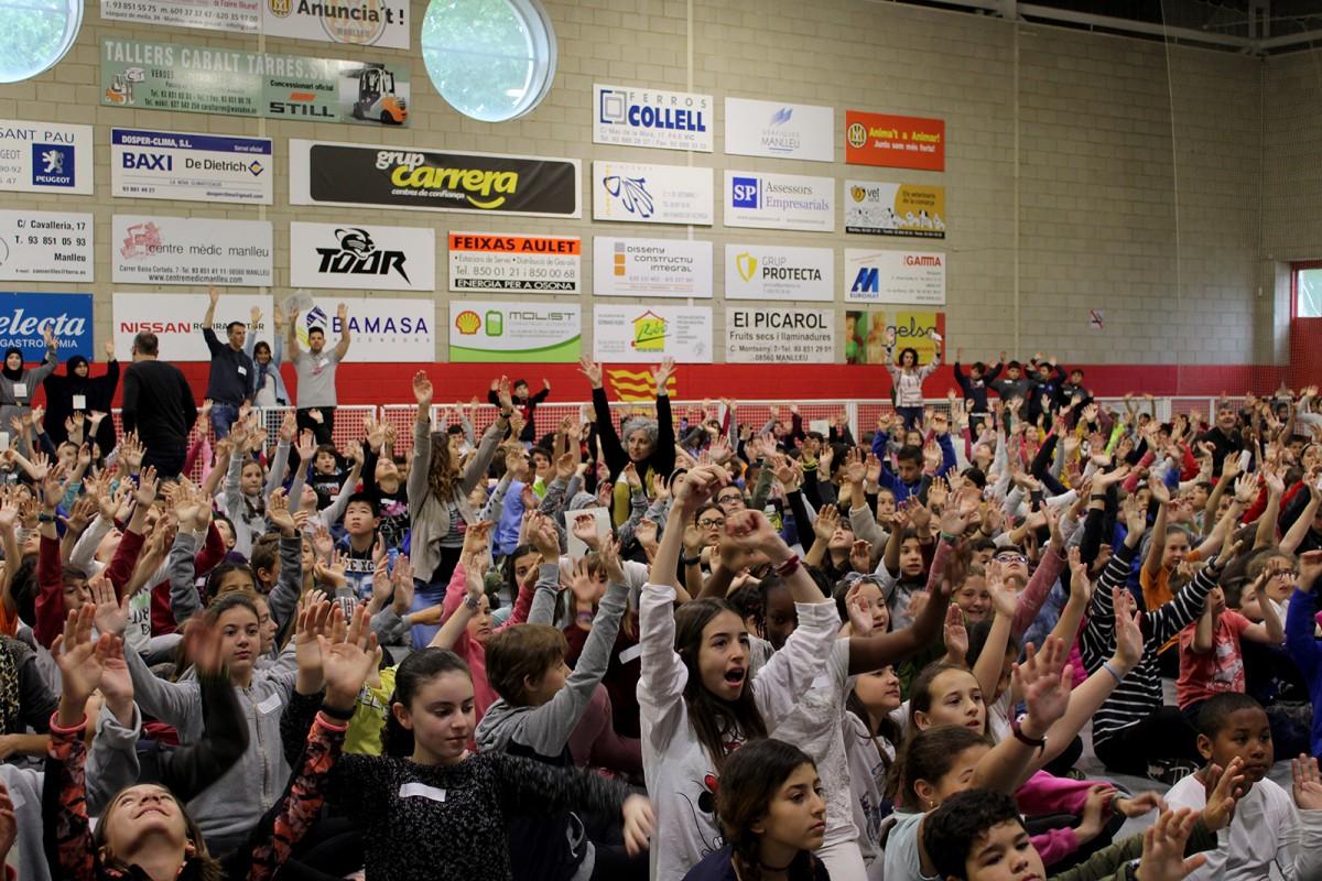Alumnes a la Trobada CuEmE comarcal al Pavelló Municipal de Manlleu
