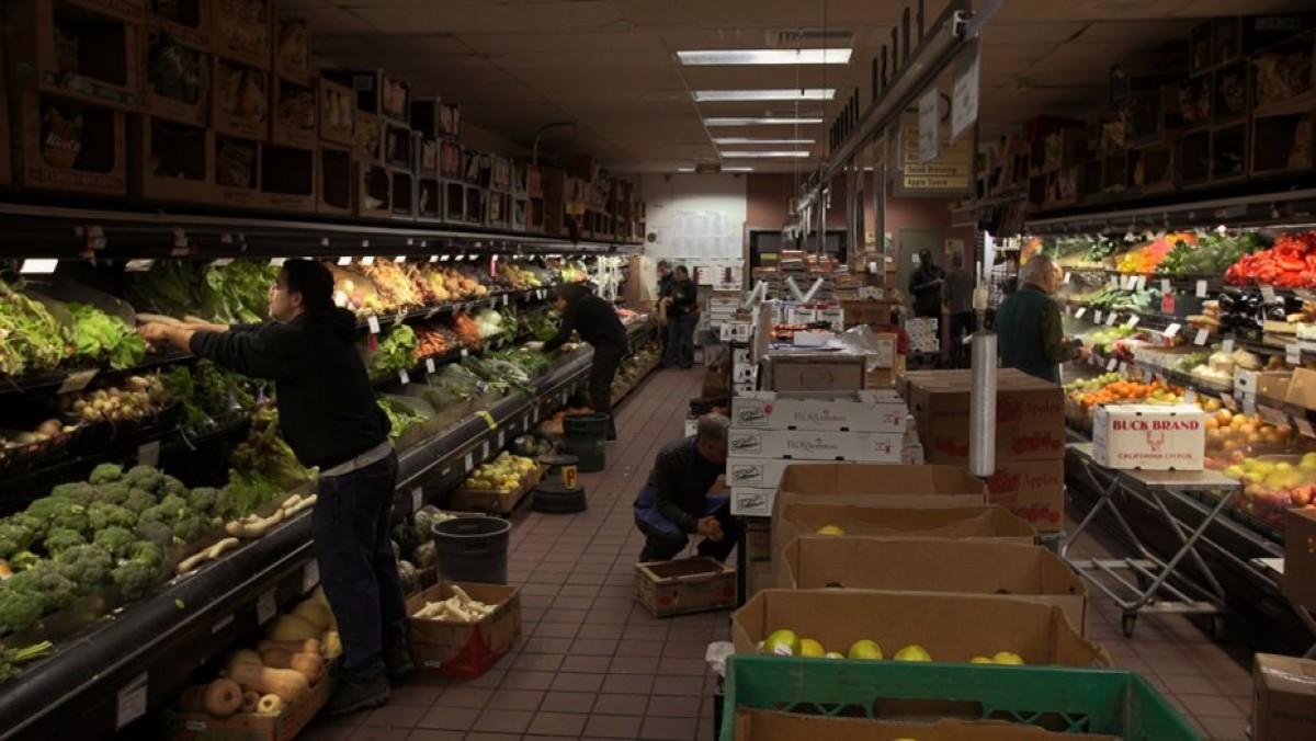Una imatge de 'Food Coop' que mostra l'activitat diària de les persones sòcies al supermercat novayorquès