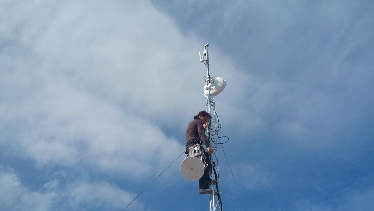 Una de les antenes de la xarxa de telecomunicacions comunitària de Guifi.net