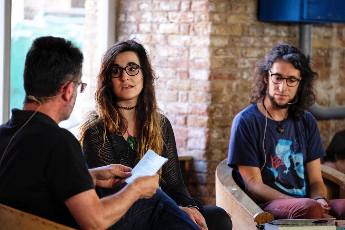 Iris, de Proyecto Una, durant l'entrevista. Al seu costat, Héctor, coautor de l'obra