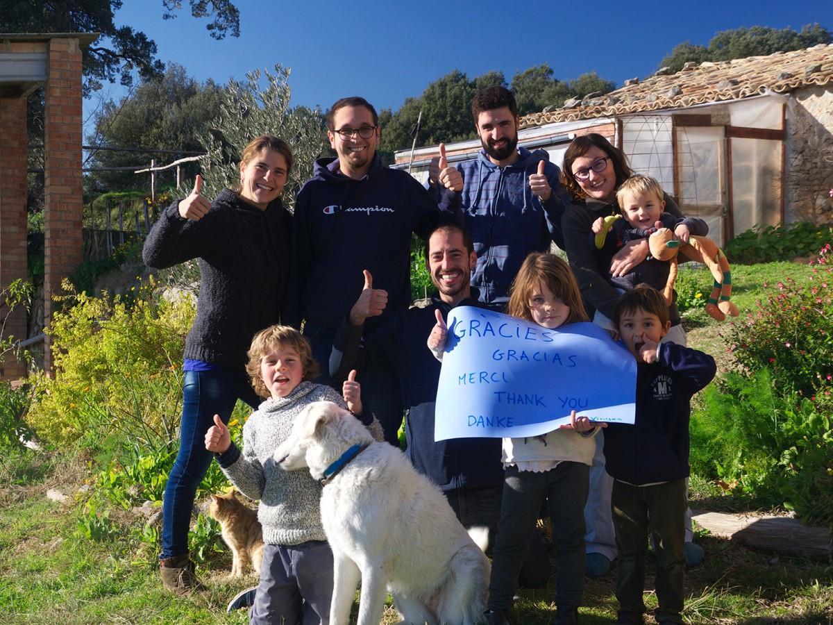 Els cinc socis de la cooperativa Mas Les Vinyes amb els quatre infants amb qui formen els tres nuclis familiars que viuen i treballen a la masia Les Vinyes